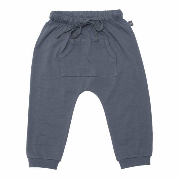 Grey baggy pants front   Koksgrå baggy bukser med lommer til drenge