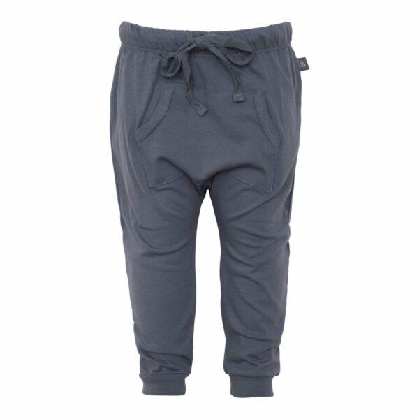 Grey baggy pants front | Sorte baggy bukser med lommer til drenge
