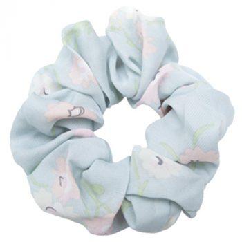 Lyseblå scrunchie med blomster